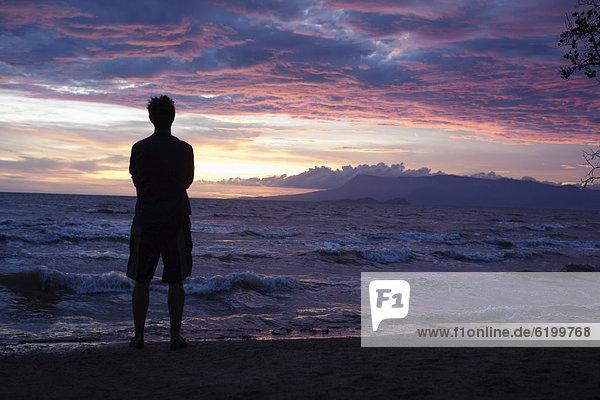 stehend  Europäer  Mann  sehen  Strand  Sonnenuntergang