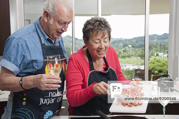 Senior  Senioren  Zusammenhalt  kochen  Hispanier  Küche