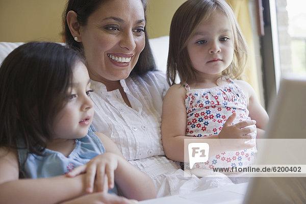 Zusammenhalt  benutzen  Notebook  Hispanier  Tochter  Mutter - Mensch
