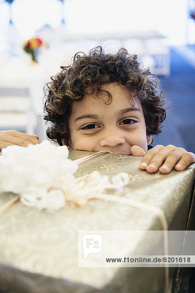 Geschenk  sehen  Junge - Person  über  Hispanier