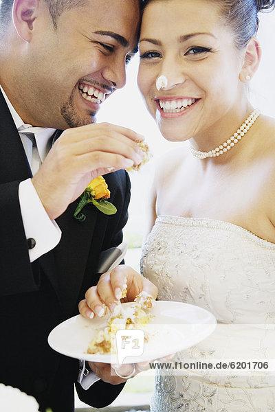 Braut Bräutigam Kuchen multikulturell essen essend isst
