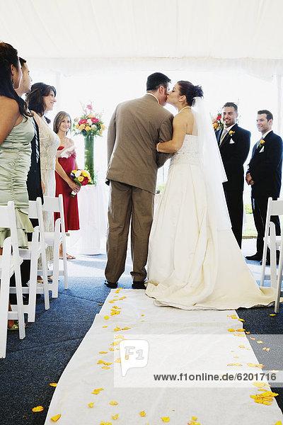 Braut  Menschlicher Vater  küssen  Gang