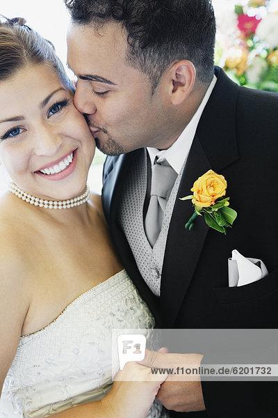 Braut  Bräutigam  küssen  multikulturell