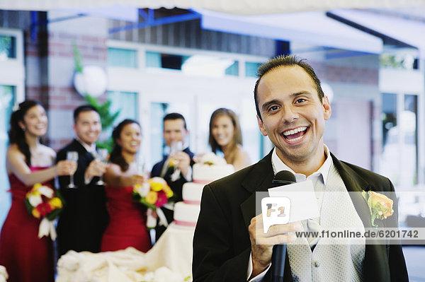 Mann geben Hochzeit Toastbrot russisch