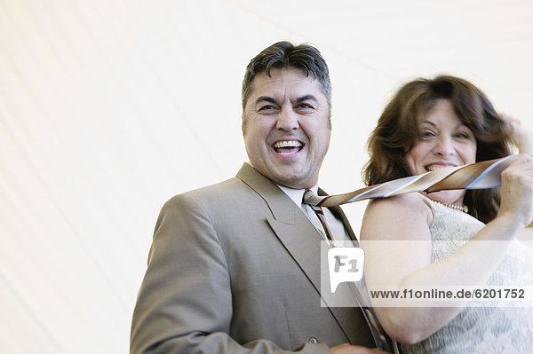Frau  ziehen  Hispanier  Krawatte  Ehemann