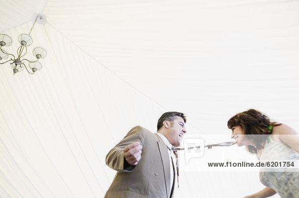 Frau  beißen  Hispanier  Krawatte