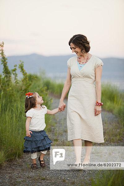 Europäer  gehen  Weg  Tochter  Mutter - Mensch