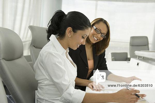 Geschäftsfrau  unterhalten  Besuch  Treffen  trifft  multikulturell  Schreibarbeit