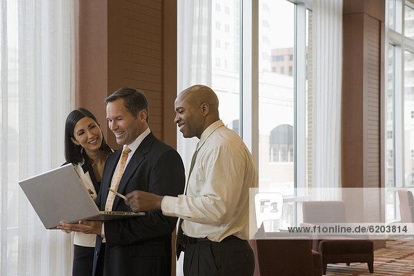 Korridor  Korridore  Flur  Flure  Mensch  Notebook  Menschen  arbeiten  multikulturell  Business
