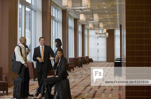 Eingangshalle  sprechen  Mensch  Menschen  Koffer  multikulturell  Business
