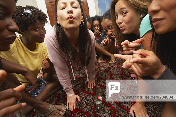 Freundschaft  drehen  multikulturell  Flasche  spielen