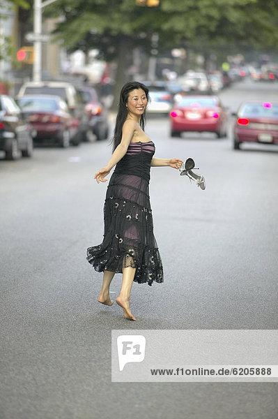 Frau  Kleid  Abend  Straße  rennen  barfüßig