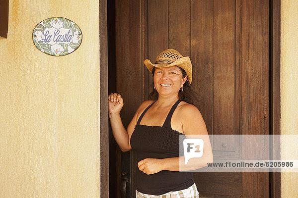 stehend  Frau  Eingang  Hispanier