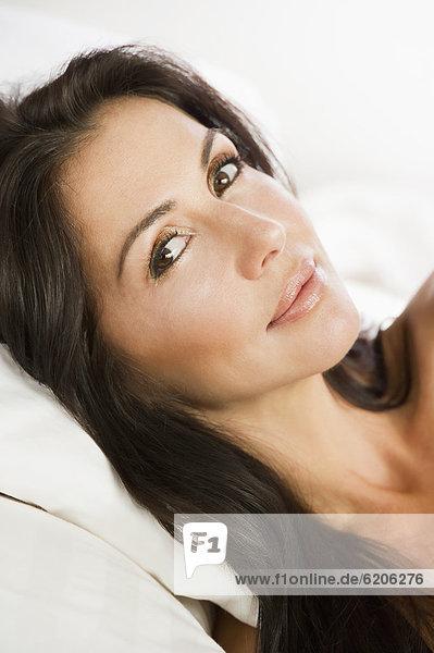 liegend  liegen  liegt  liegendes  liegender  liegende  daliegen  Frau  Bett  brasilianisch