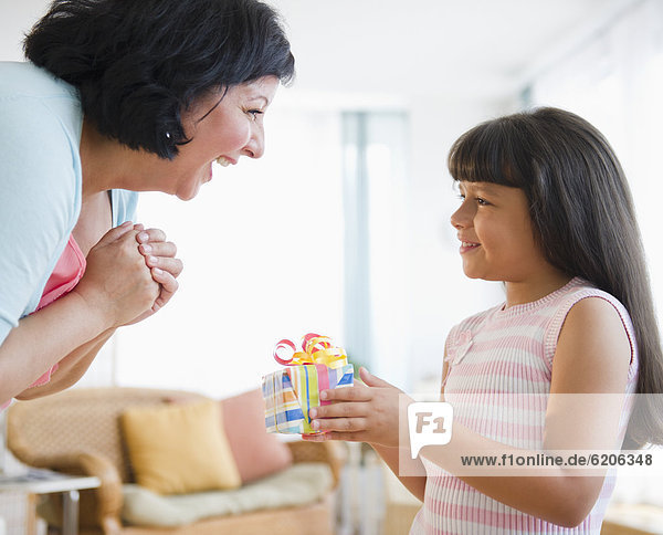 Geschenk  geben  Hispanier  Geburtstag  Mädchen  Mutter - Mensch