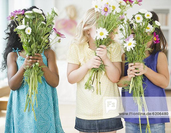 Blumenstrauß  Strauß  Blume  halten  Mädchen