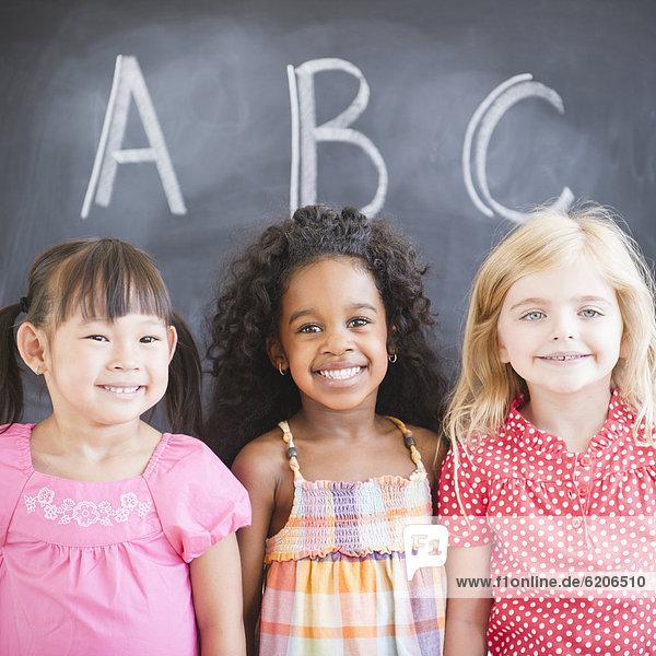 nahe  stehend  lächeln  Mädchen  Schreibtafel  Tafel