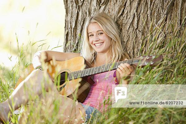 Außenaufnahme  Europäer  Frau  Gitarre  freie Natur  spielen