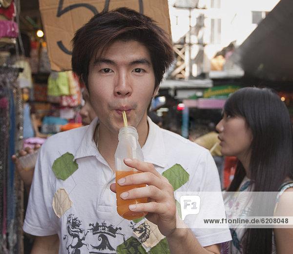 Mann  chinesisch  trinken  Saft