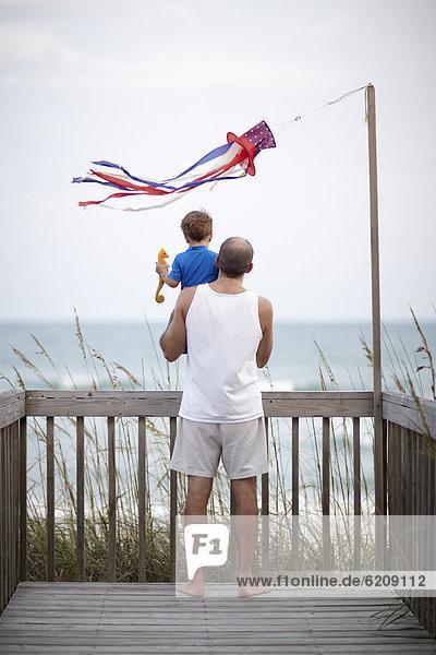 nahe Menschlicher Vater Sohn Ozean halten Terrasse