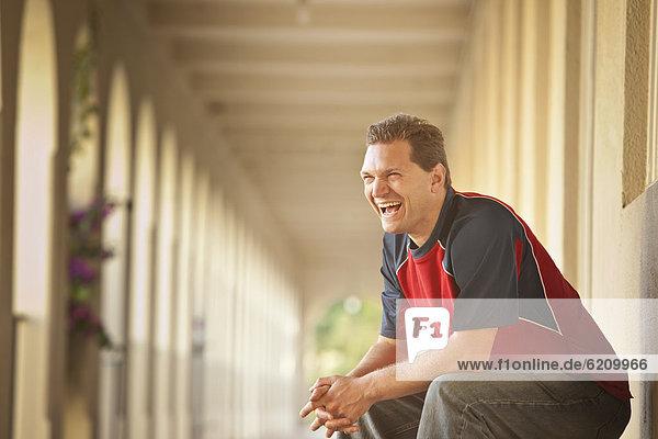 Außenaufnahme  sitzend  Europäer  Mann  lachen  freie Natur Außenaufnahme ,sitzend ,Europäer ,Mann ,lachen ,freie Natur