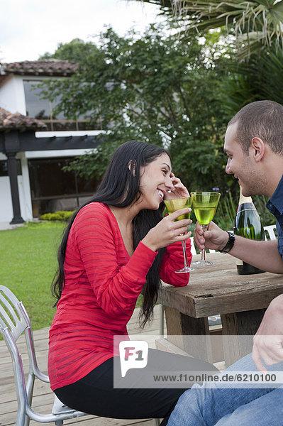 Außenaufnahme  Zusammenhalt  Hispanier  trinken  freie Natur