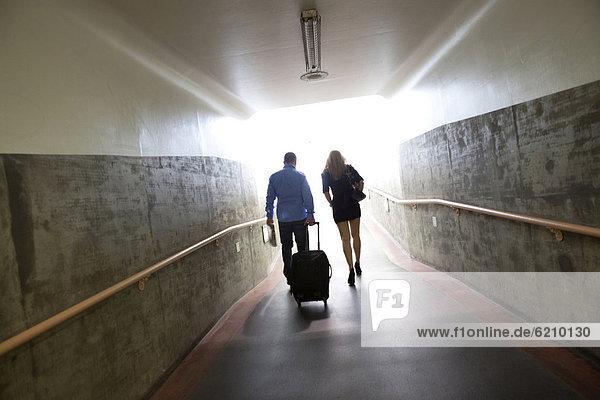 gehen  Tunnel  Gepäck