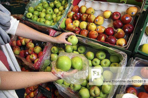 Äpfel  Lebensmittelabteilung  Supermarkt  Deutschland  Europa