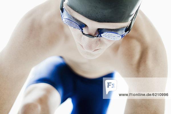 Jugendlicher  Europäer  Junge - Person  Schutzbrille  Mütze  schwimmen Schwimmkappe und Schwimmbrille