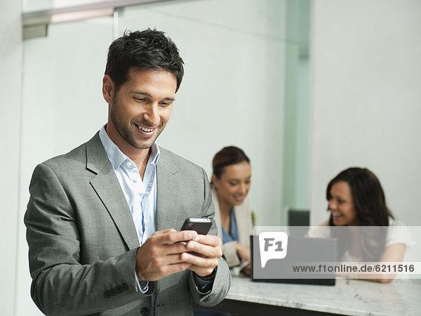 Handy  benutzen  Geschäftsmann  mischen  Büro  Mixed