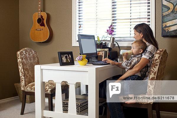 benutzen  Europäer  Computer  Sohn  auf dem Schoß sitzen  Mutter - Mensch