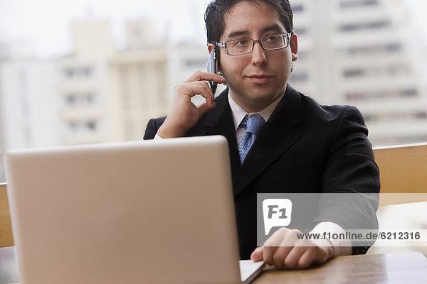 Handy  benutzen  Notebook  Geschäftsmann  Chillipulver  Chilli