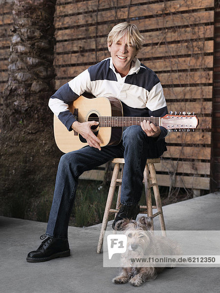 Europäer  Mann  Gitarre  spielen