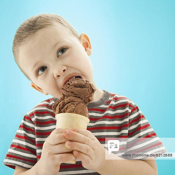 kegelförmig  Kegel  Europäer  Junge - Person  Eis  essen  essend  isst  Sahne kegelförmig, Kegel ,Europäer ,Junge - Person ,Eis ,essen, essend, isst ,Sahne