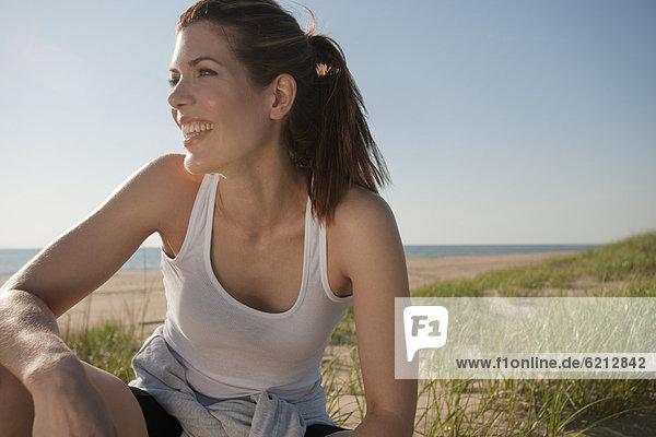 Frau  lächeln  Strand  Sportkleidung  mischen  Mixed