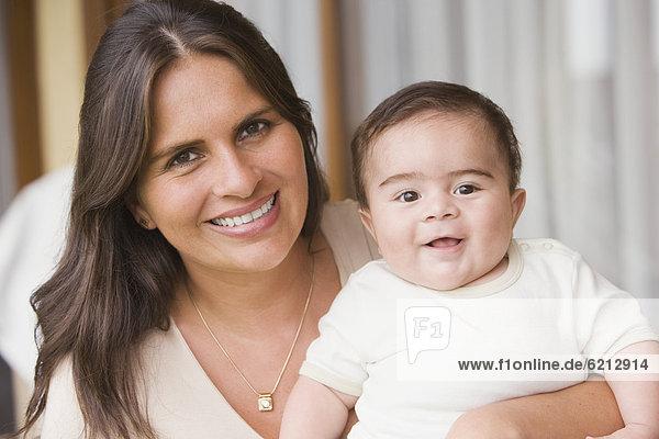 Frau  Junge - Person  Hispanier  halten  Baby