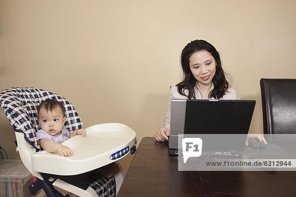 hoch  oben  Notebook  Stuhl  arbeiten  chinesisch  Mutter - Mensch  Baby