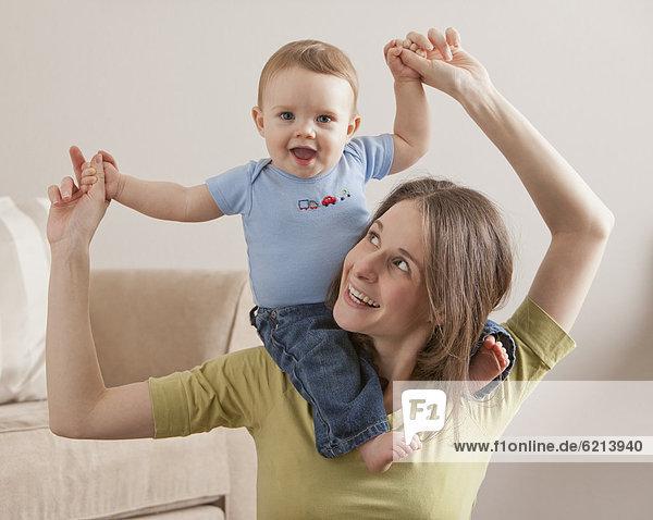 Europäer  tragen  Sohn  Menschliche Schulter  Schultern  Mutter - Mensch