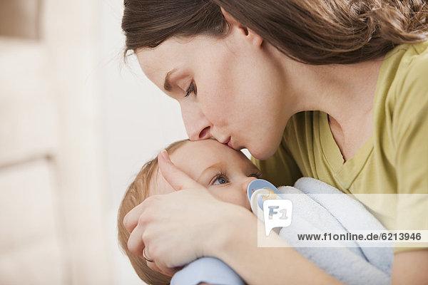 Europäer Junge - Person küssen Mutter - Mensch Baby