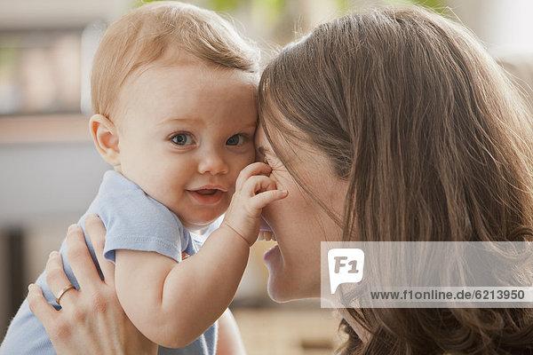 Europäer  umarmen  Junge - Person  Mutter - Mensch  Baby