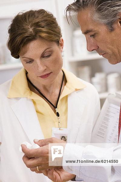 Europäer  Kollege  arbeiten  Pharmazie  Apotheke