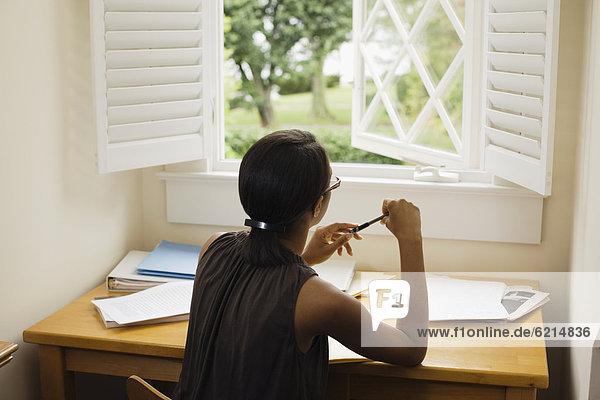 sitzend  Frau  Schreibtisch