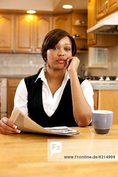 Frau  ernst  Küche  Kaffee  Schreibarbeit