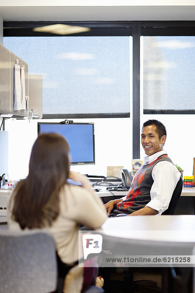 Geschäftsleute unterhalten sich im Büro