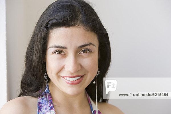 Hispanische Lächelnde Frau