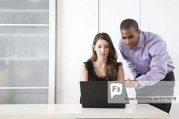 Mann und Frau zusammen am Laptop