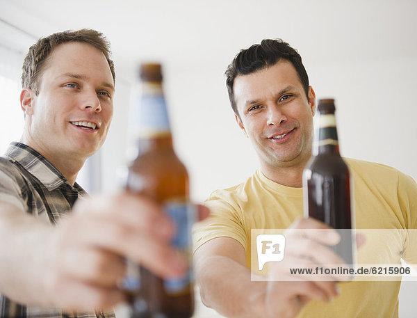 Zusammenhalt  Mann  Bier