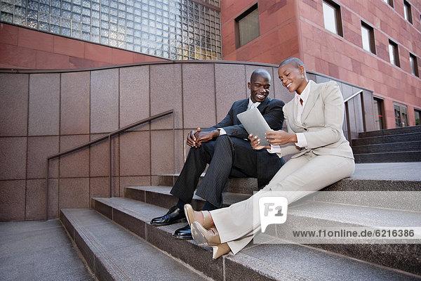Stufe  sitzend  benutzen  Mensch  Menschen  Tablet PC  Business