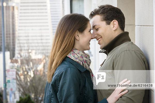 hellhäutiges Paar zu küssen