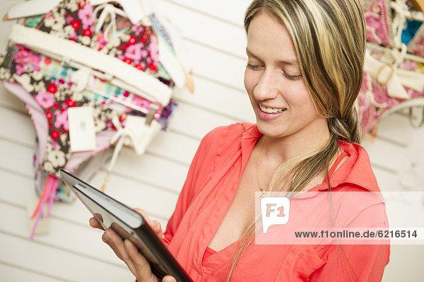 benutzen  Frau  Hispanier  Kleidung  Laden  Tablet PC